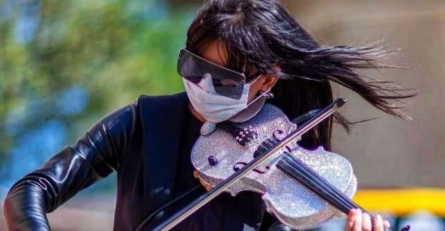 Fata cu Vioara de Cristal vindeca sufletele Romaniei pe ritmuri de vals