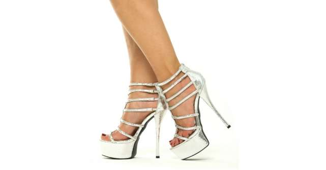 Sandale cu toc metalice - iesi din anonimat!