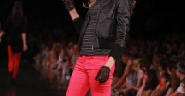 Poarta cu stil pantalonii din piele cu tinte