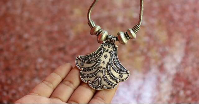 Cum porți corect bijuteriile din argint vara?