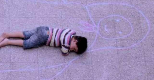 Video: Ce puternica este iubirea unui copil. Ce face acest copil, la cateva zile de la moartea mamei sale?
