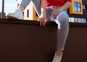 Pantofi sport cu vârful metalic sau cu detalii aurii si argintii, cu sclipici
