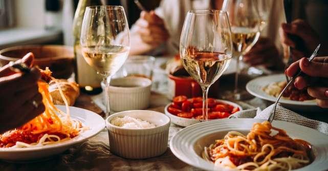 10 preparate culinare pe care să le încerci alături de un pahar cu vin într-o seară de vară