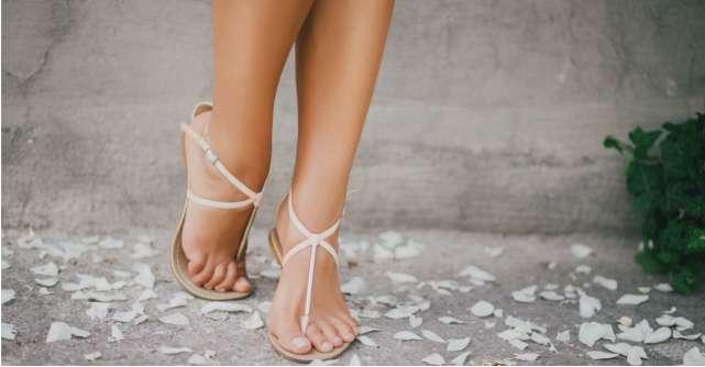 Sandale cu talpa joasa in culori deschise pentru tinute de vara diafane si vaporoase