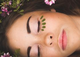 Cum să îngrijești tenul acasă ca la spa cu masaj facial și cosmetice bune