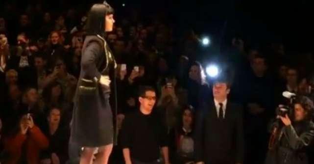 Video rusinos: Katy Perry, HUIDUITA pe scena de sute de oameni!