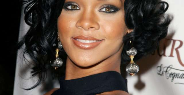 Rihanna socheaza din nou: Vestimentatia ciudata pe care a ales-o