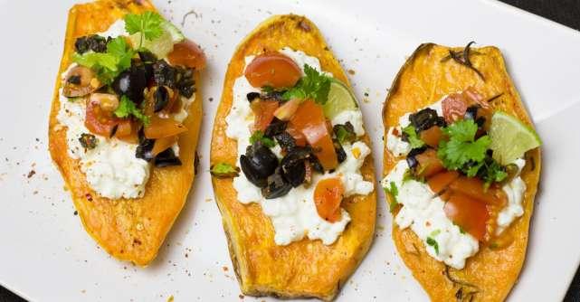 Cartofi dulci umpluti cu quinoa, fasole neagra si guacamole