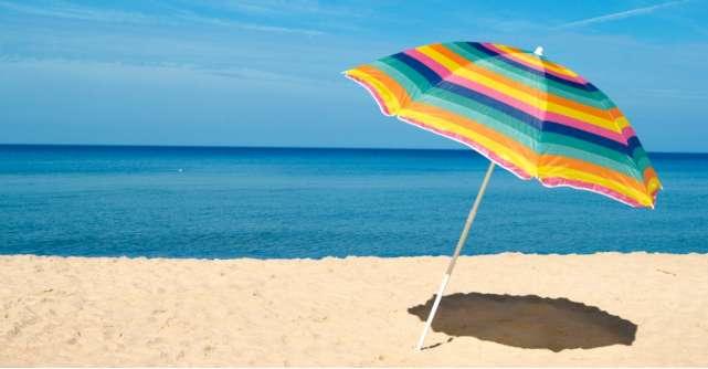 Adăpost cu rost: 8 umbrele de plajă pentru a te proteja de soare la mare