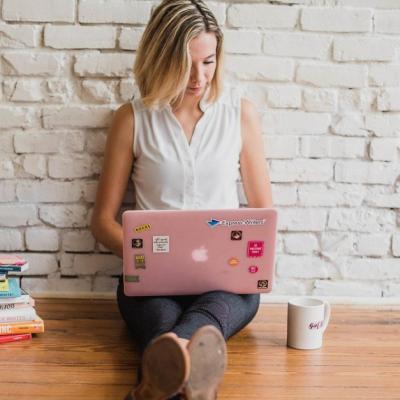 Ce sa faci atunci cand te simti coplesita si obosita din cauza jobului: 5 strategii care chiar functioneaza
