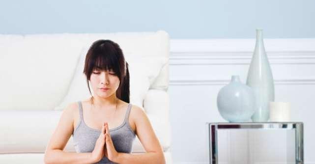 4 exercitii de yoga pe care le poti face in pijamale