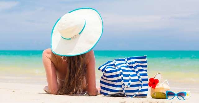 4 lucruri care nu trebuie să îți lipsească din geanta de plajă!