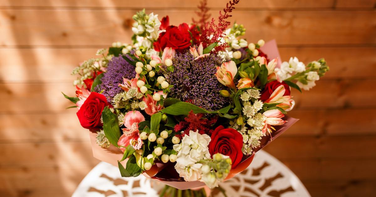 Poza 1 din 6 baiatul cu flori