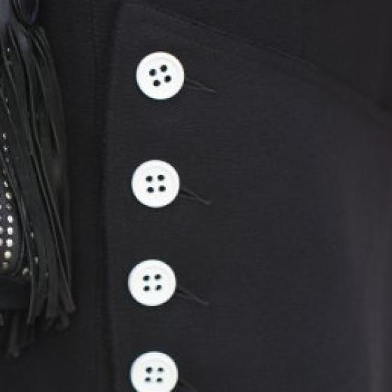Fustele cu nasturi decorativi sunt atât de interesante