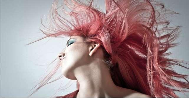 Ești pe fugă și nu știi cum să-ți aranjezi părul? Câteva idei de coafuri simple, rapide și de efect