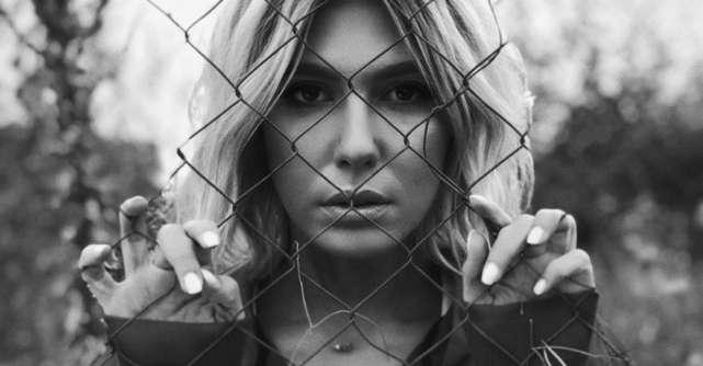 Sore, la inchisoare, in noul videoclip regizat de ea, Langa tine