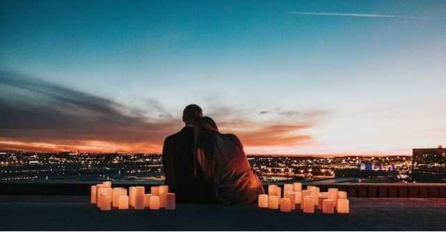 Moduri de a transforma o seară petrecută acasă într-o întâlnire romantică în doi
