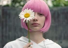 Peruci din păr real sau cu aspect natural: unde le găsești & cum le îngrijești