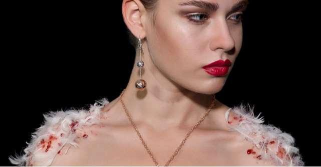 Cercei masivi cu pietre si decoratiuni: vezi ce modele de bijuterii se poarta acum