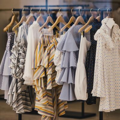 Garderoba capsulă de la branduri locale la haine pre-owned