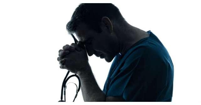 Furios ca medicul a intarziat la operatia fiului sau, tatal a inceput sa il jigneasca. Ce a urmat?
