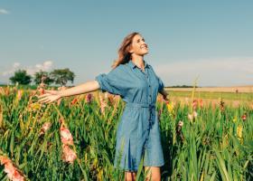 Articolul vestimentar potrivit pentru orice ocazie: o rochie de blugi!