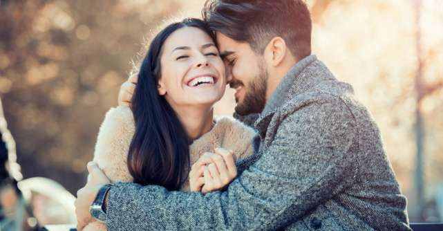 7 gesturi simple prin care un barbat iti arata ca te iubeste