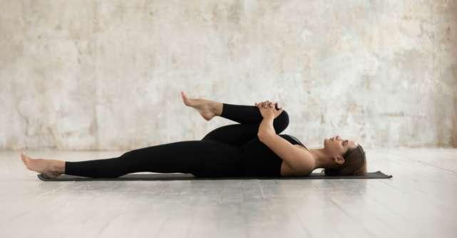 3 posturi de yoga perfecte pentru zilele in care esti irascibila: Te calmeaza instant!
