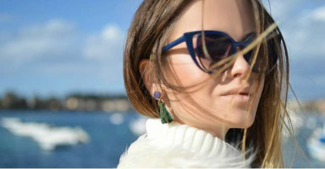 Cum creezi un outfit cool cu cei mai fashion ochelari de soare?