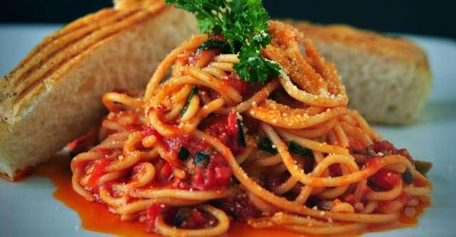 O reteta fresh pentru toata familia: paste cu rosii coapte si busuioc