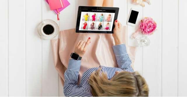Românii preferă să facă fashion shopping la 10 seara și comandă cel mai des de pe un dispozitiv mobil