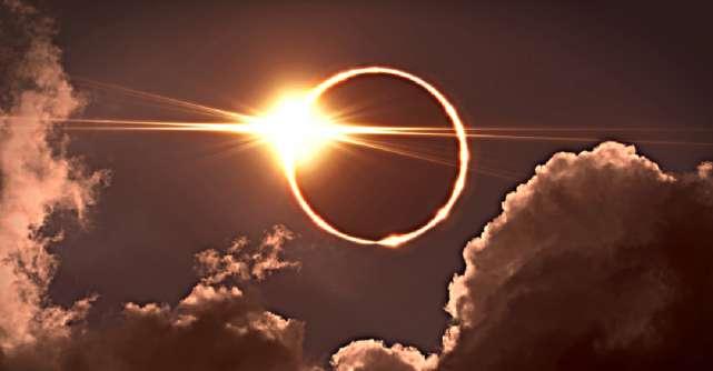 Eclipsa totală de Lună în Săgetător de pe 26 mai vine să ne elibereze de poverile sufletești. Sfatul Universului pentru zodii