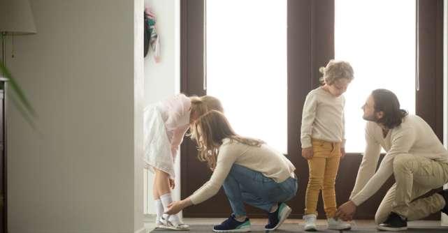 Cum îi incurajam pe copii să se îmbrace singuri