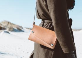 Geanta-plic de umăr este versatilă, la modă și confortabilă