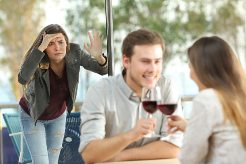 Descoperi ca partenerul unui prieten foarte bun e infidel. Cum procedezi?