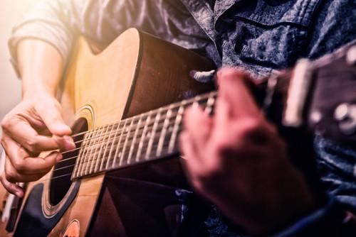 Care este forma corecta de plural a cuvantului chitara?